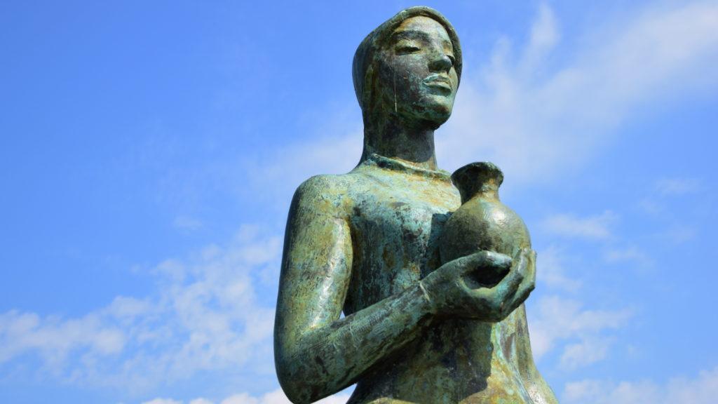 Die Statue der heiligen Verena steht auf der Brücke über den Rhein. Sie markiert die Grenze Schweiz/Deutschland