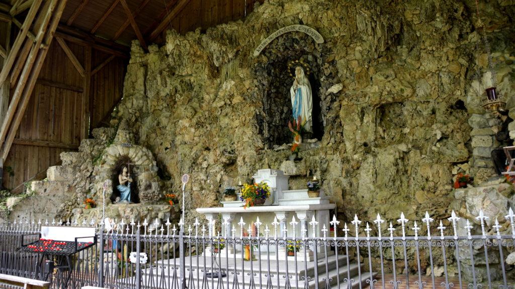Lourdes-Grotte, sie wurde ca. 30 Jahre nach der Erscheinung in Lourdes vom Ortspfarrer hier eingerichtet