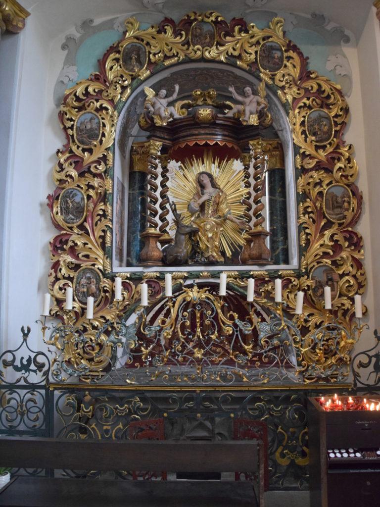 Grab der heiligen Idda von der Kapelle aus gesehen
