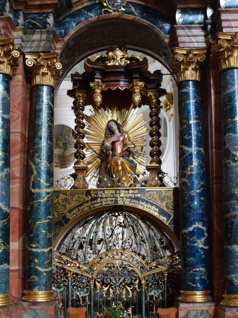 Grab der heiligen Idda (von der Kirche her gesehen)