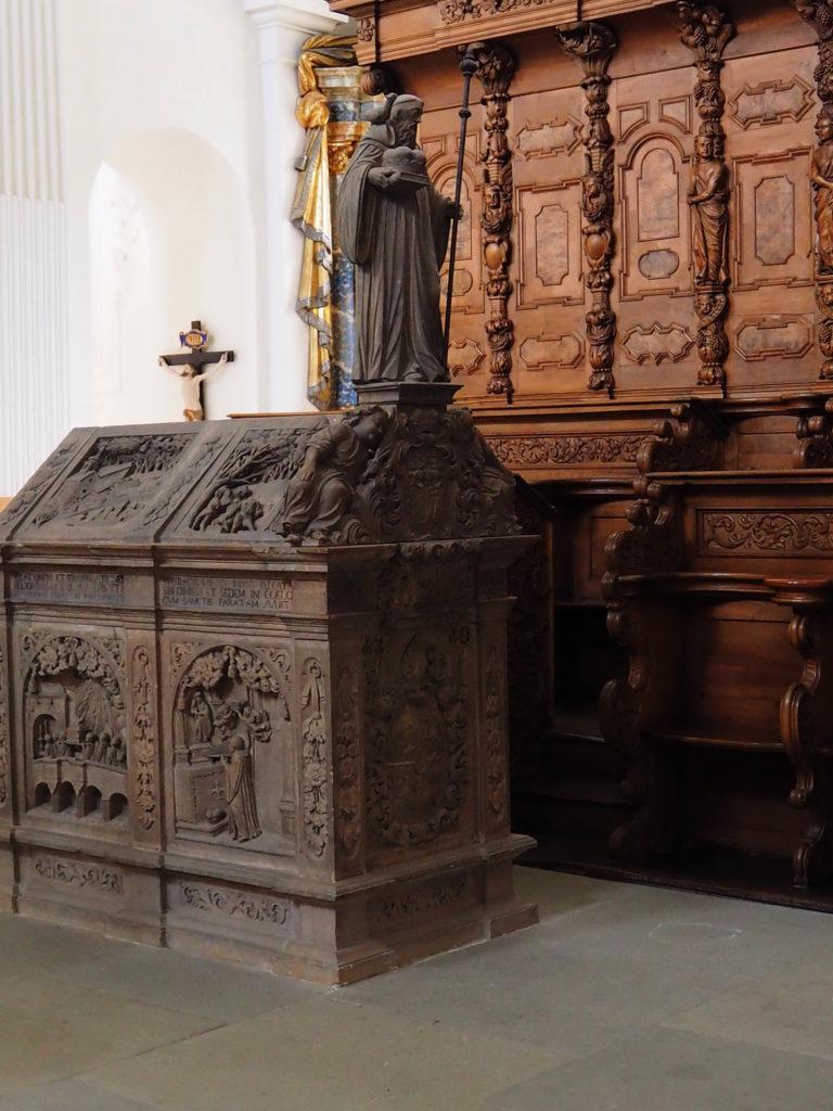 Sarkophag des heiligen Fintan in der Kirche