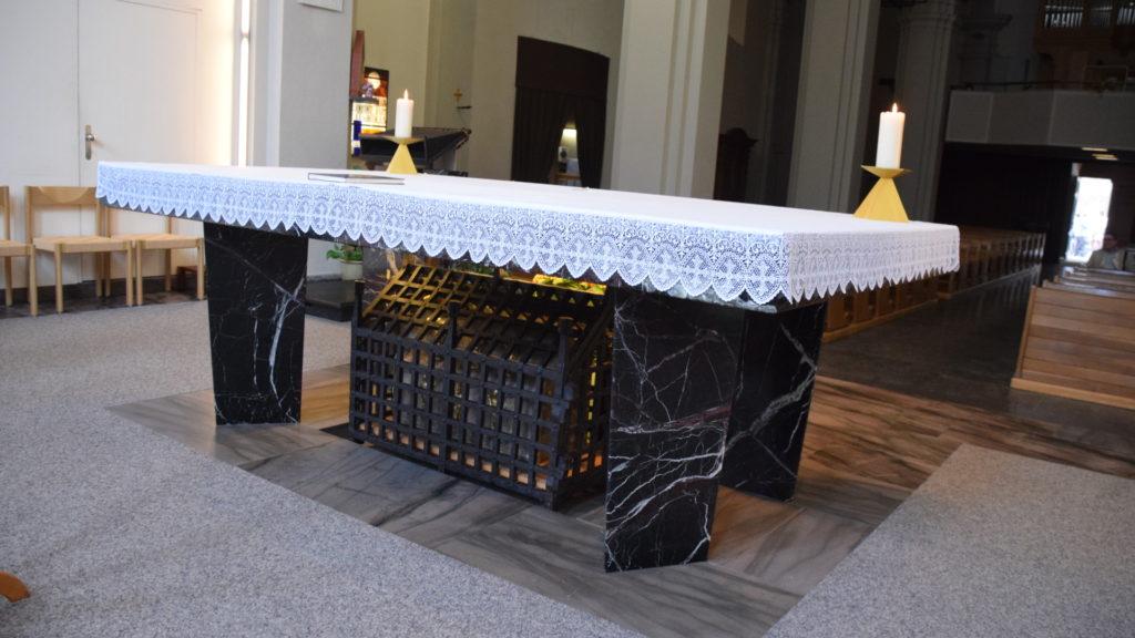 Altar mit dem Reliquienschrein darunter