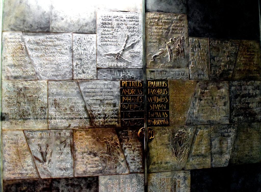 Tür zur Abtei mit Namen von unzähligen Märtyrern