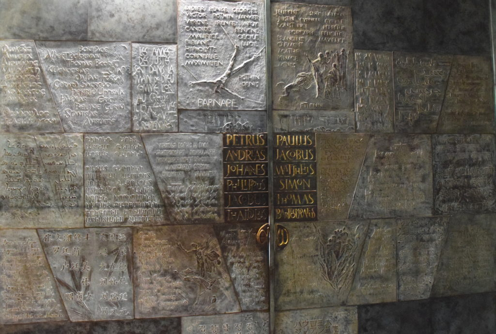 Tür zur Abtei von innen mit unzähligen Namen von Märtyrern, von damals bis heute